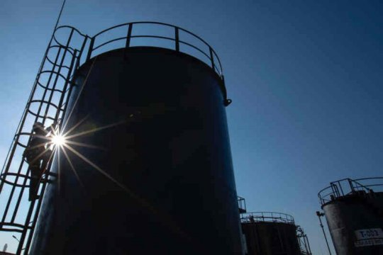 Anggota DPR sebut target lifting minyak 1 juta barel terlalu ambisius
