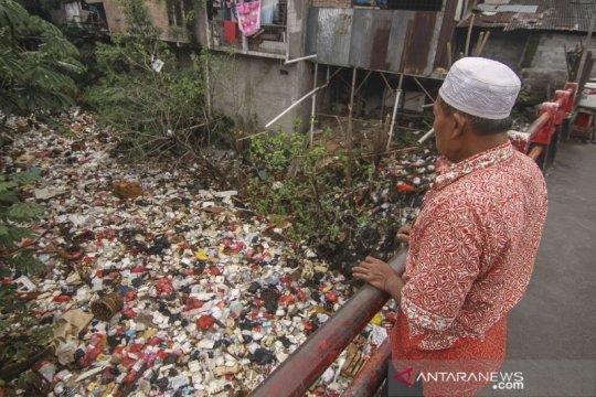 Lautan sampah di Kali Cijantung Depok