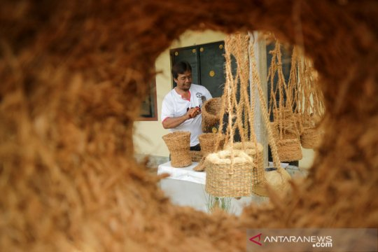 Penyandang disabilitas produksi pot berbahan sabut kelapa