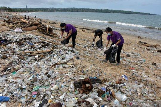 Pantai Kedonganan di Bali dipenuhi sampah kiriman