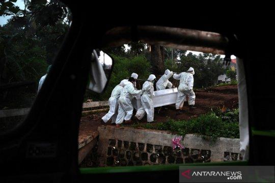 Jumlah kematian COVID-19 meningkat, liang lahat di TPU Srengseng Sawah hampir penuh