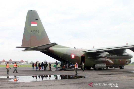 Puluhan pengungsi Sulbar tiba di Bandara Adi Soemarmo