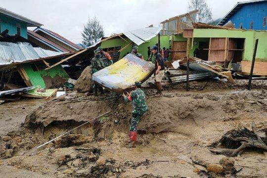 TNI bantu evakuasi warga korban banjir lumpur Kampung Uwibutu Paniai