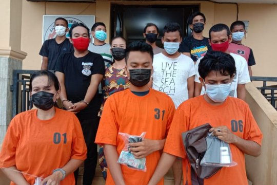 Polisi ringkus 12 orang saat gerebek kampung narkoba di Labuhanbatu