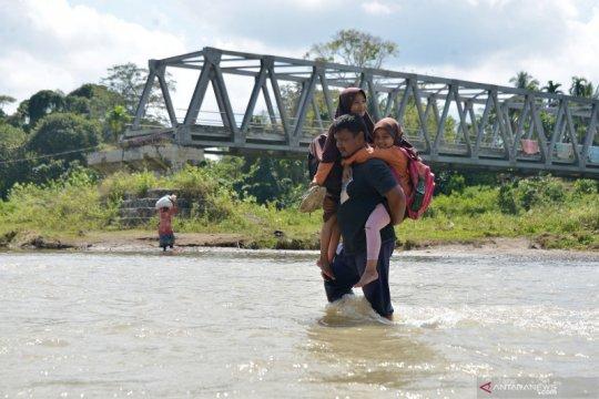 Murid sekolah terobos arus sungai akibat jembatan tak kunjung jadi