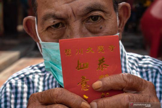 Pembagian angpau bagi warga lansia menjelang perayaan Imlek