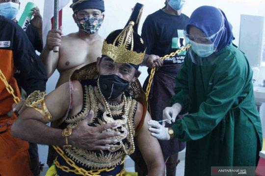 Seorang penerima vaksin gunakan kostum wayang sebagai bentuk dukungan