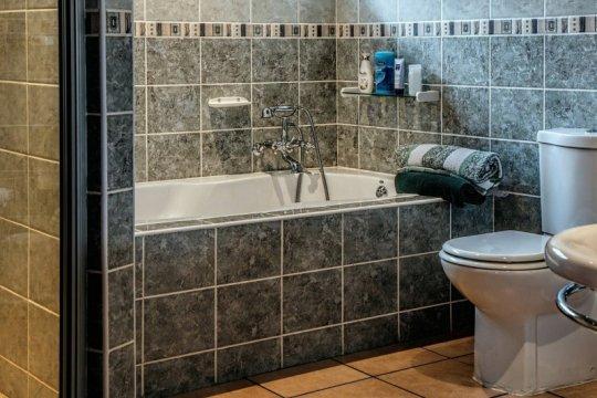 Ada anggota keluarga positif COVID-19, boleh pakai toilet yang sama?