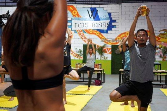 Yoga sambil minum bir di Kamboja, pelepas stres COVID-19