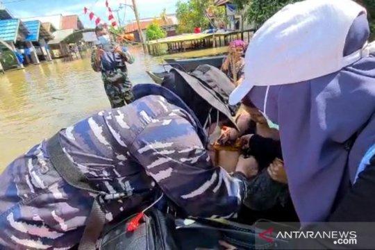 TNI AL berikan layanan kesehatan warga di lokasi banjir Kalsel