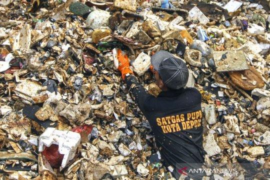 Perjuangan petugas bersihkan lautan sampah di Kali Baru Depok