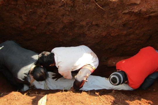 Warga Bandarlampung bongkar makam jenazah suspek COVID-19