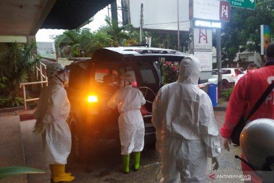 Polisi evakuasi mayat seorang transpuan di Hotel di Bandung