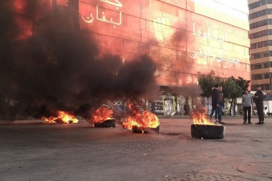 Aparat keamanan bentrok dengan pemrotes di Lebanon yang terkunci
