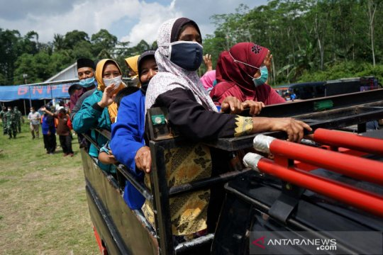Zona bahaya bergeser arah, pengungsi gunung Merapi kembali rumah