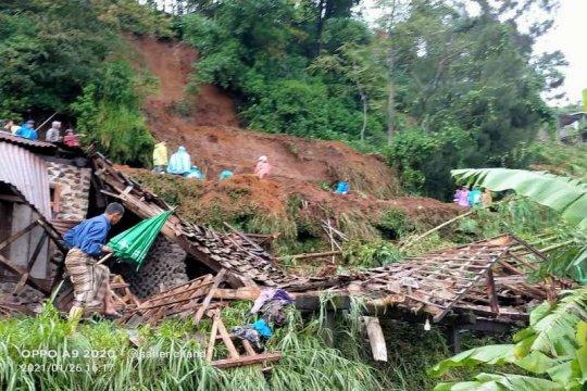 Longsor di Kaliangkrik Magelang timpa tiga rumah warga