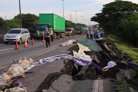 Jasamarga rekayasa lalu lintas di Tol Surabaya-Gempol akibat longsor