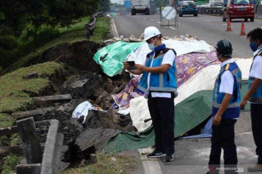 Km 06+200 Jalan Tol Surabaya - Gempol longsor, kemacetan tak terhindari