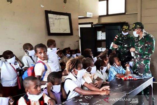 Satgas Yonif MR 413 Kostrad bagikan buku tulis siswa perbatasan RI-PNG