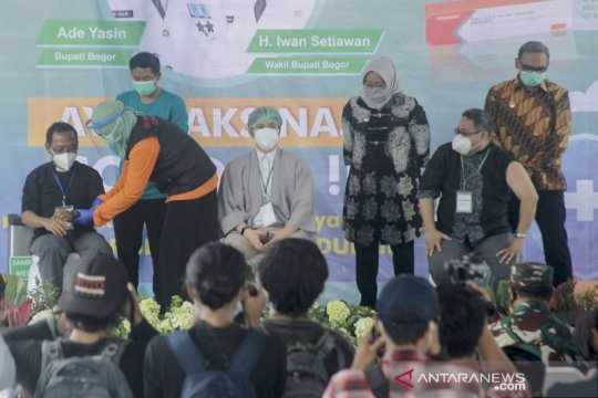 Tiga orang batal disuntik pada vaksinasi perdana di Kabupaten Bogor