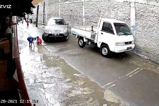 Gunakan ponsel, pengemudi mobil tabrak anak