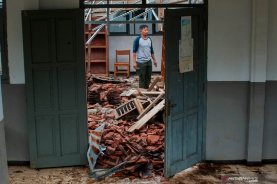 Atap bangunan sebuah sekolah di Pandeglang ambruk