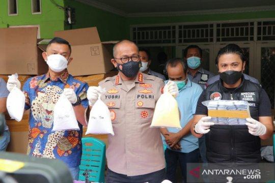 Polda Metro Jaya gerebek pabrik kosmetik ilegal di Jatiasih