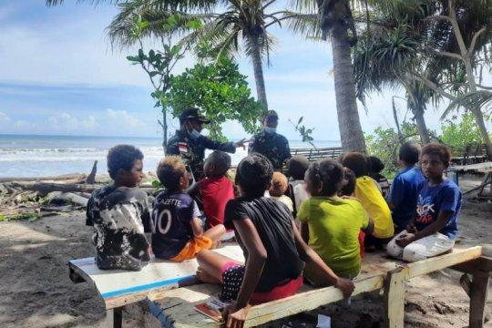 Prajurit TNI ajarkan wawasan kebangsaan kepada anak di perbatasan