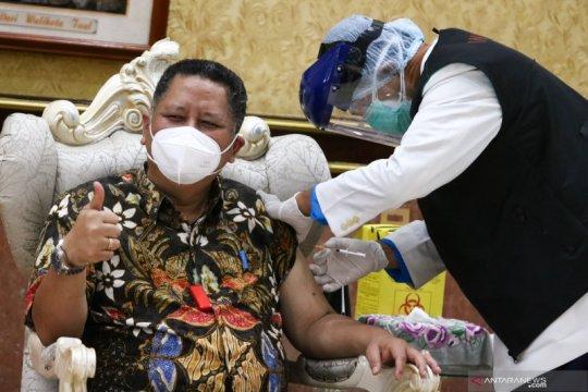 Plt Wali Kota Surabaya jalani vaksinasi COVID-19 tahap dua