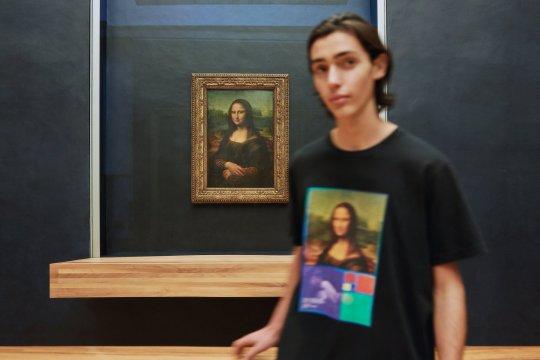 Mau pakai kaos Mona Lisa? Louvre kolaborasi dengan Uniqlo