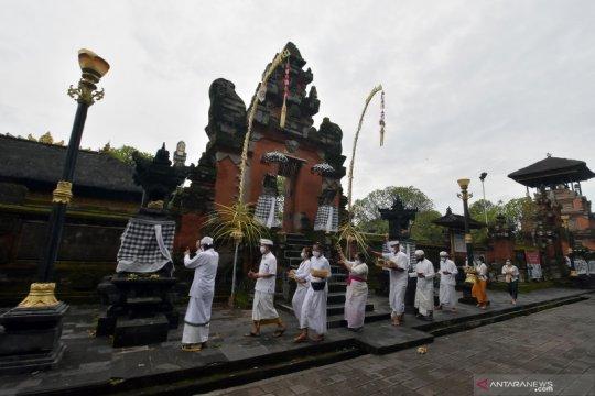 Umat Hindu di Bali tetap gelar sembahyang Saraswati