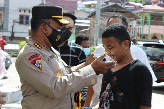Polisi bagikan masker warga Jayapura cegah COVID-19