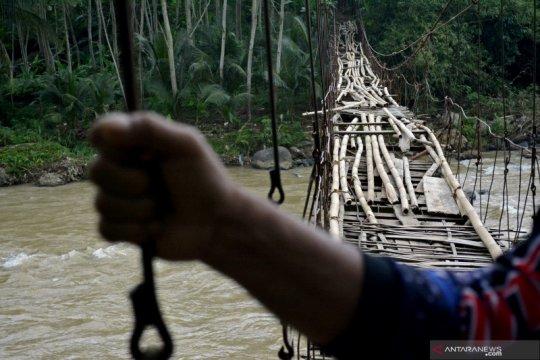 Jembatan rawayan rusak di Garut