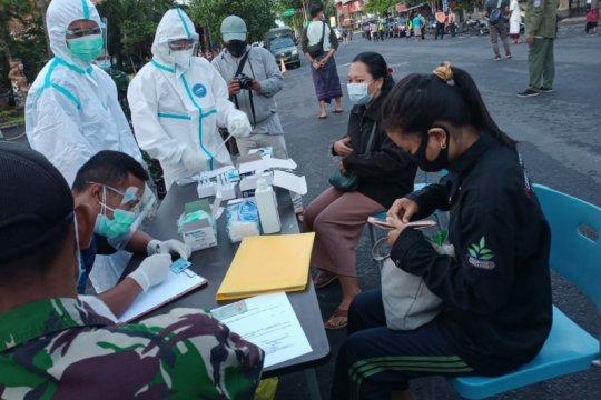 Puluhan pengunjung Pantai Sanur-Bali diwajibkan tes cepat antigen