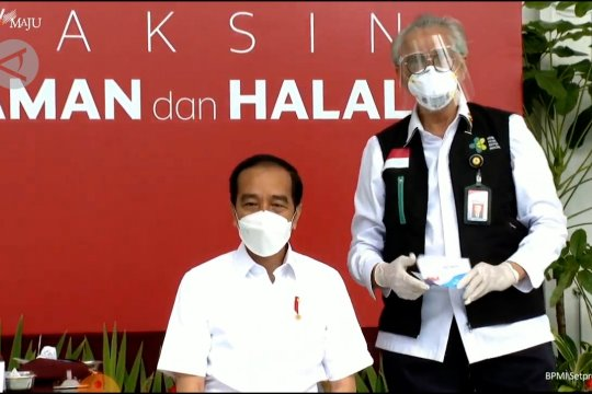 Vaksinator Presiden Jokowi mengaku gemetar saat menyuntik