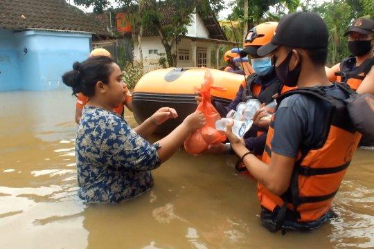 BPBD Jatim salurkan bantuan makanan ke korban banjir Jember