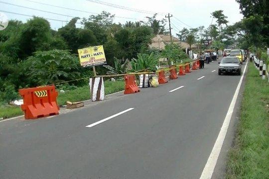 Bahu jalan provinsi amblas, polisi terapkan sistem buka tutup