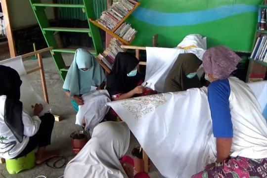 Pemberdayaan masyarakat Sungai Pinang dengan membatik