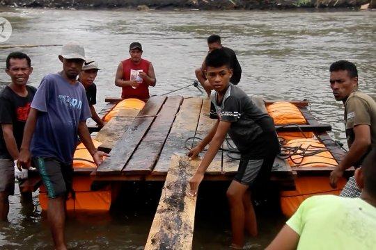 Rakit berbayar & gratis bagi warga korban banjir di Halmahera Utara