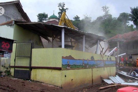 Tim SAR runtuhkan bangunan TK permudah evakuasi korban longsor Sumedang