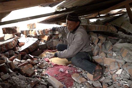 Kisah pilu satu keluarga tertimpa bangunan di Mamuju