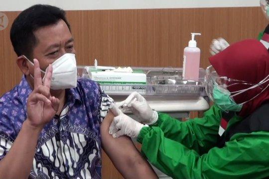 Pejabat publik hingga pegiat media sosial divaksinasi COVID-19 di Bandung