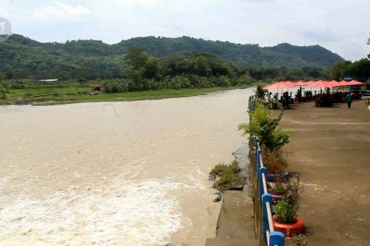 Pesona Jemur Indah di bantaran sungai Lukulo Kebumen