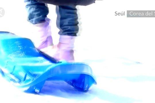 Warga Korea Selatan bergegas membeli kereta luncur saat turun salju
