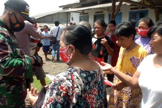 Antisipasi abu vulkanik, warga lereng Gunung Raung diberikan masker
