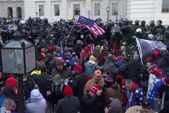 Perusuh pro-Trump menyerbu Capitol AS, bentrok dengan polisi