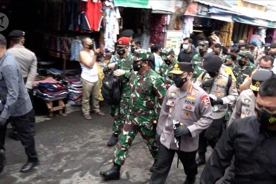 Saat Panglima TNI dan Kapolri kompak blusukan ke pasar tradisional