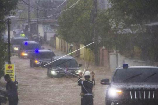 Tinjau banjir di Kalsel, mobil rombongan Presiden terjang genangan