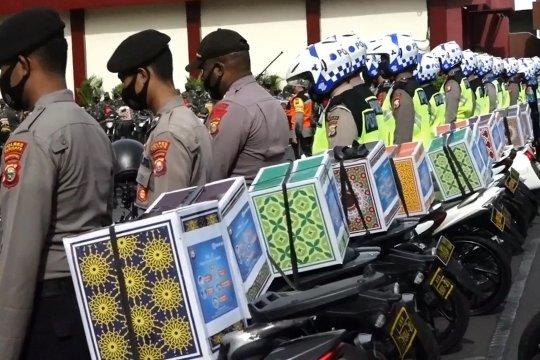 TNI – Polri salurkan ratusan paket sembako ke warga terdampak COVID-19 di Ternate