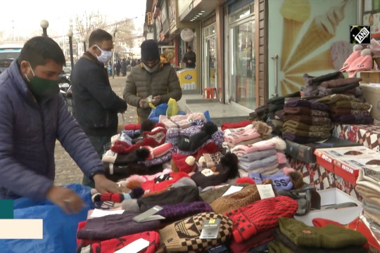 Pakaian musim dingin laku keras saat Srinagar membeku